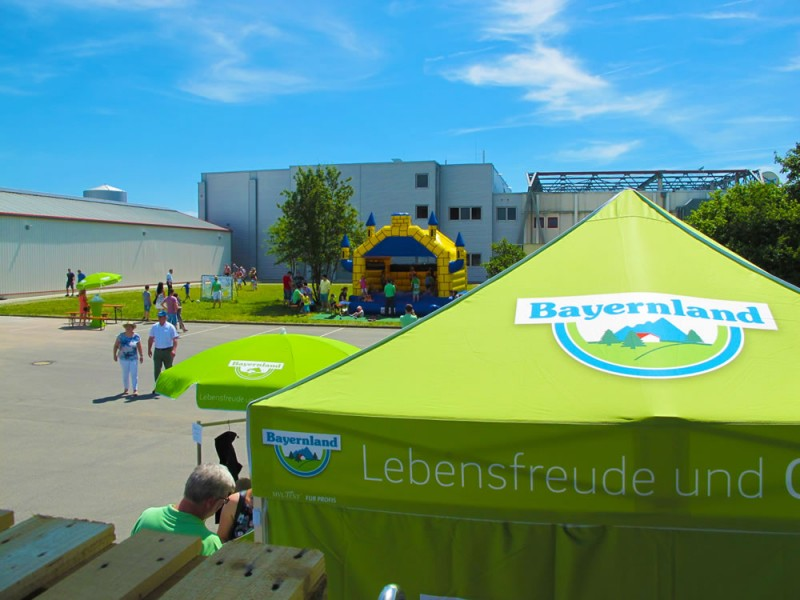 Faltpavillon mit bedruckten Seitenwänden und Dach Bayerland eG 1